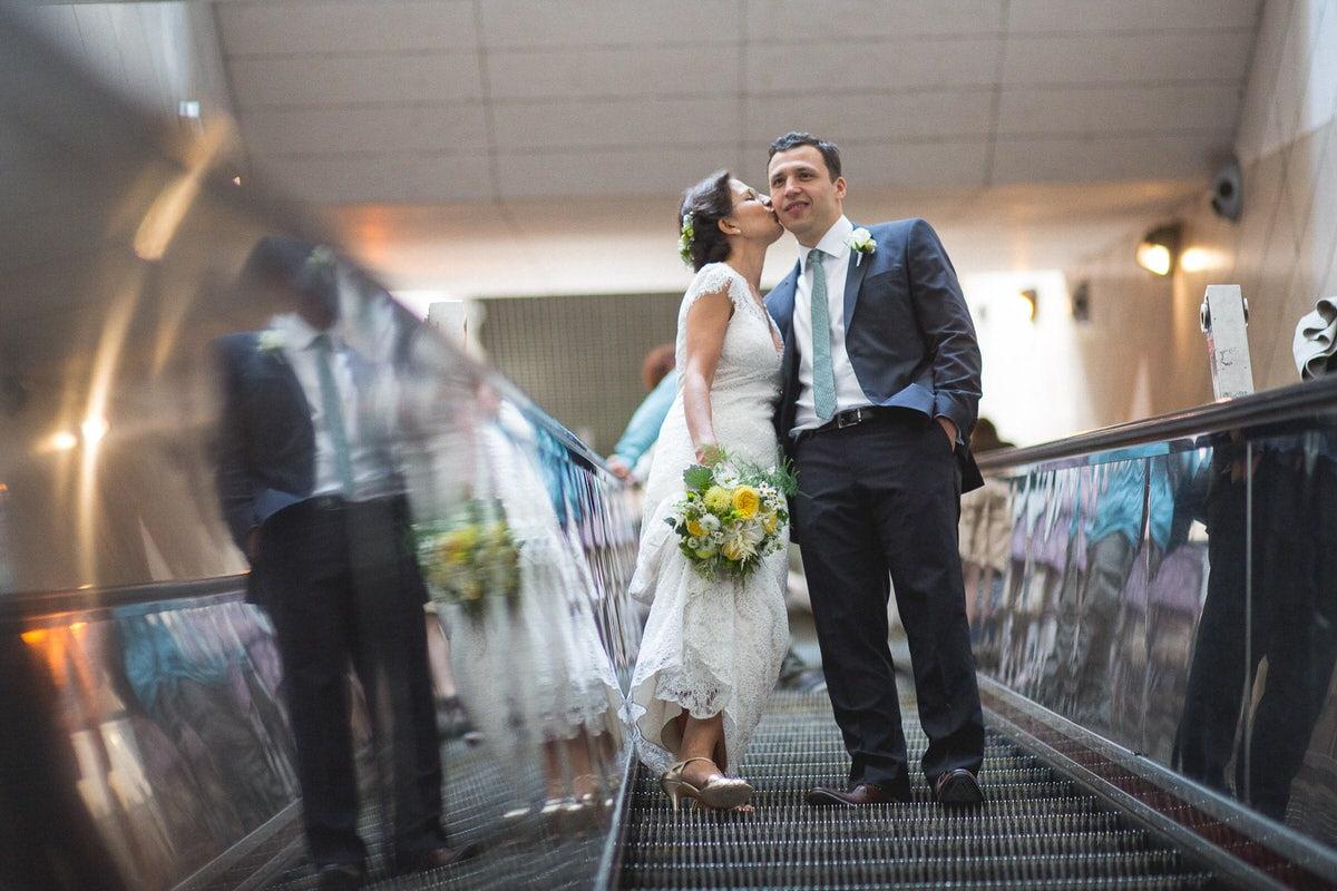 Photos de couples dans le Vieux Lyon pendant le mariage à l'église d'Ainay à Lyon 2.
