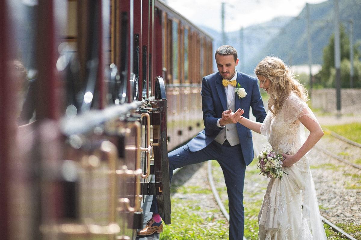 Photos de couple dans la gare pendant le mariage à Montenvers et dans la Vallée de Chamonix.