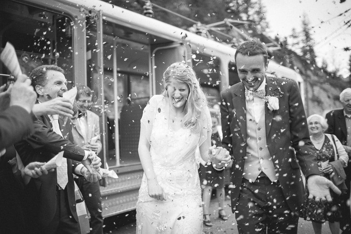 Arrivée des mariés à la gare pendant le mariage à Montenvers au dessus de la Vallée de Chamonix.
