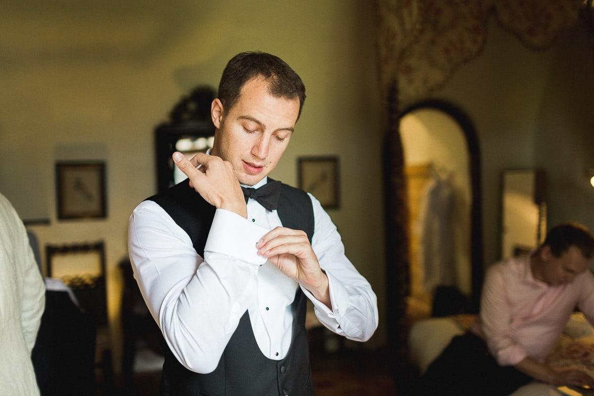 Les préparatifs du marié lors du mariage au Château de Bagnols sur le thème Gatsby.