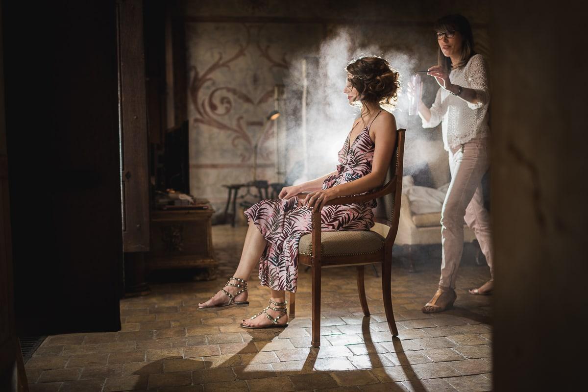Les préparatifs de la mariée lors du mariage au Château de Bagnols sur le thème Gatsby.