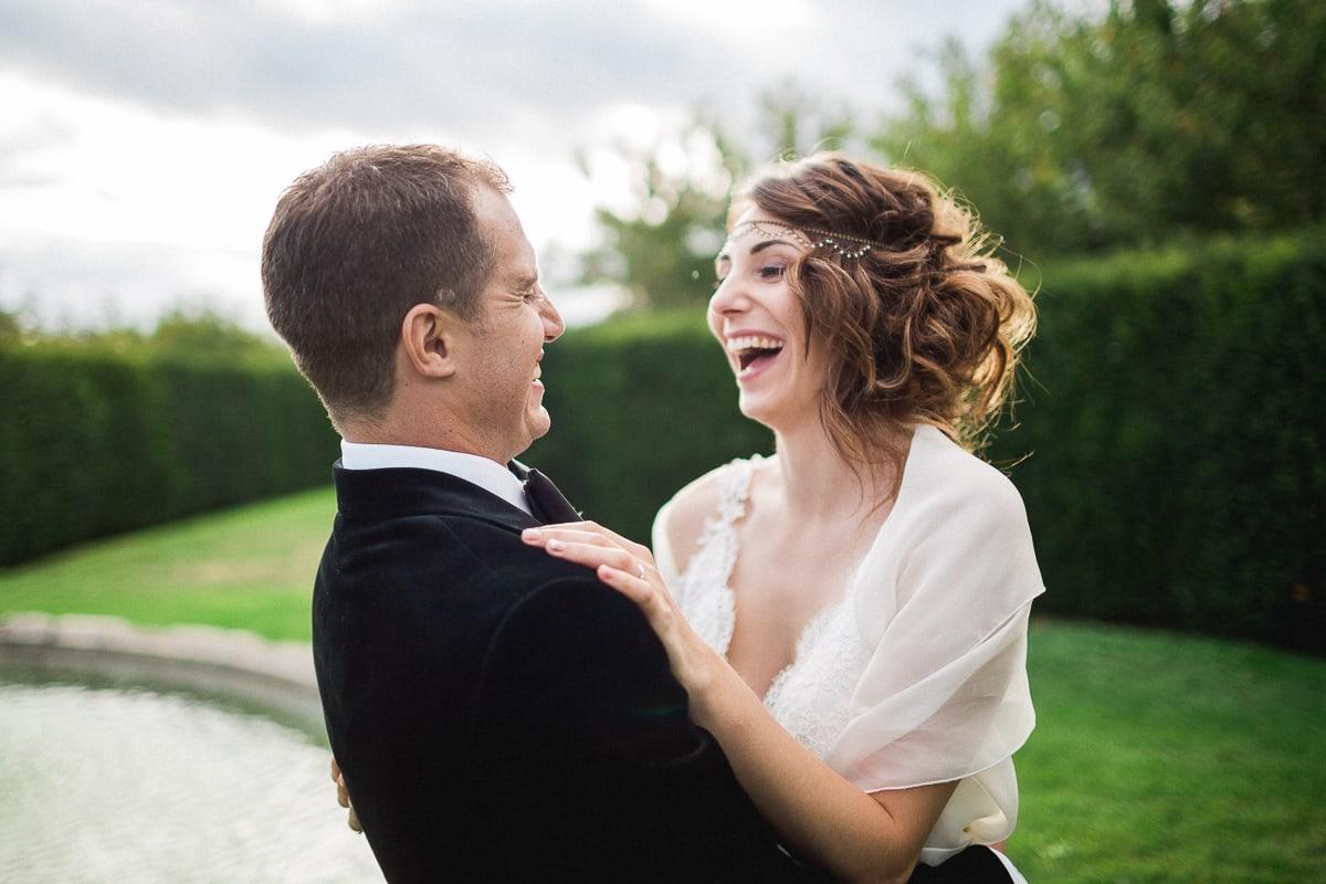 Les photos de couple lors du mariage au Château de Bagnols sur le thème Gatsby.