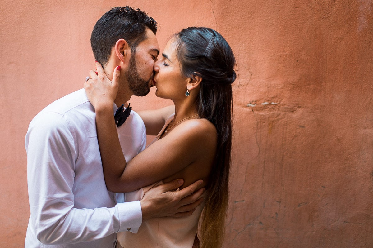 Couple session in the Medina in Marrakech by wedding photographer Sylvain Bouzat.