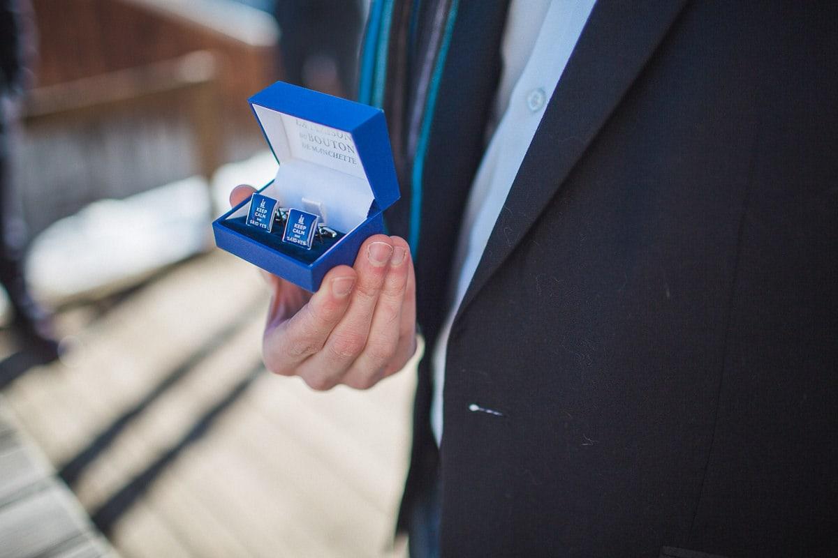Les préparatifs de la mariée pendant un mariage à la montagne par le photographe Sylvain Bouzat.