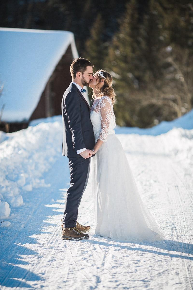 les photos de couple pendant un mariage à la montagne par le photographe Sylvain Bouzat.
