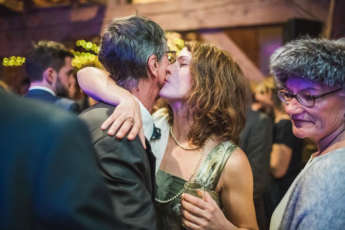 La soirée pendant un mariage à la montagne par le photographe Sylvain Bouzat.
