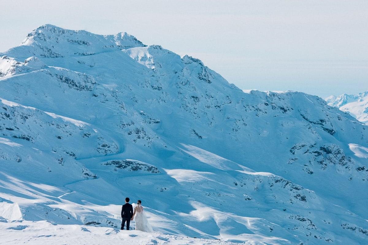 Photos de couple à la montagne à Val Thorens par le photographe de mariage Sylvain Bouzat.