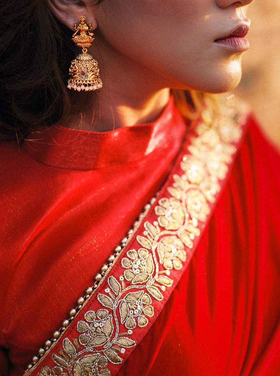 Détail d'une belle robe de mariée au Nepal. Photographe Sylvain Bouzat.