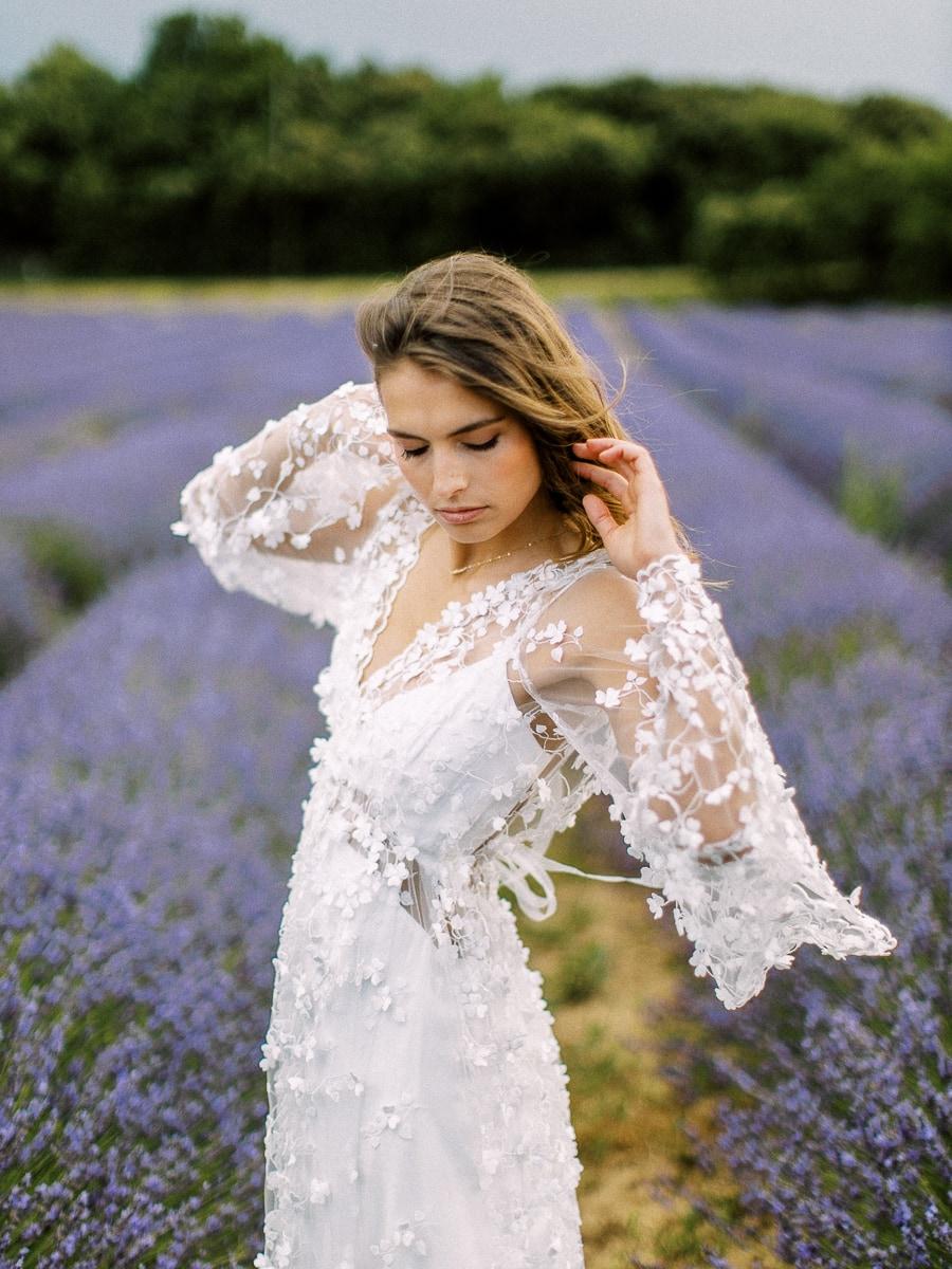 Un belle mariée dans un champs de lavande en Provence.