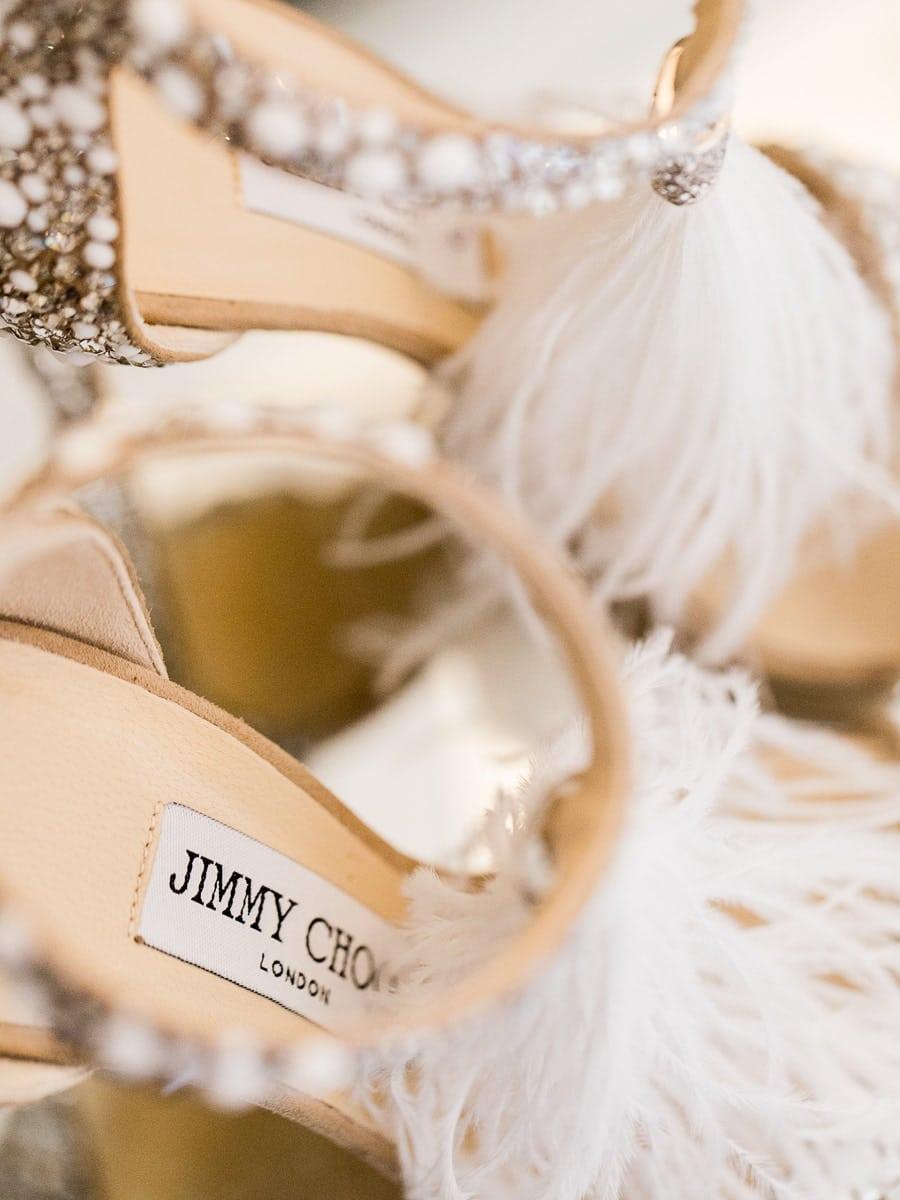 Détail de chaussures de mariée lors des préparatifs au Domaine de Patras en Provence.