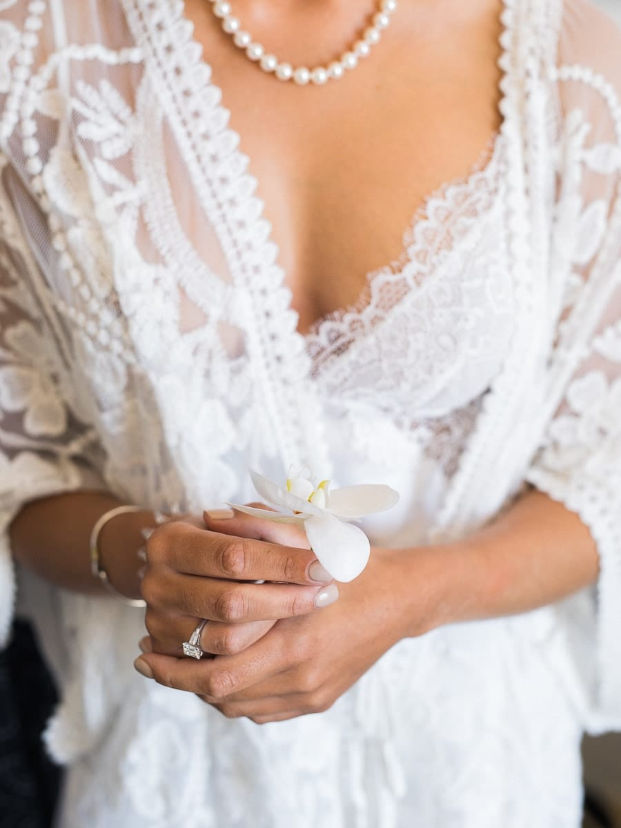Detail wedding dress and flower with Airelles de Gordes.