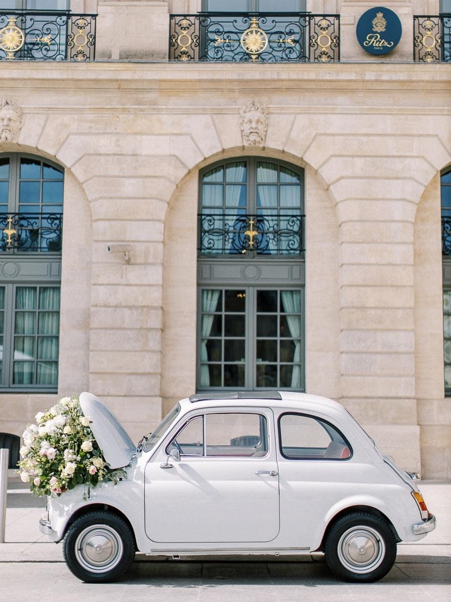 Détails de la petite voiture de la mariée devant l'Hôtel place Vendôme.