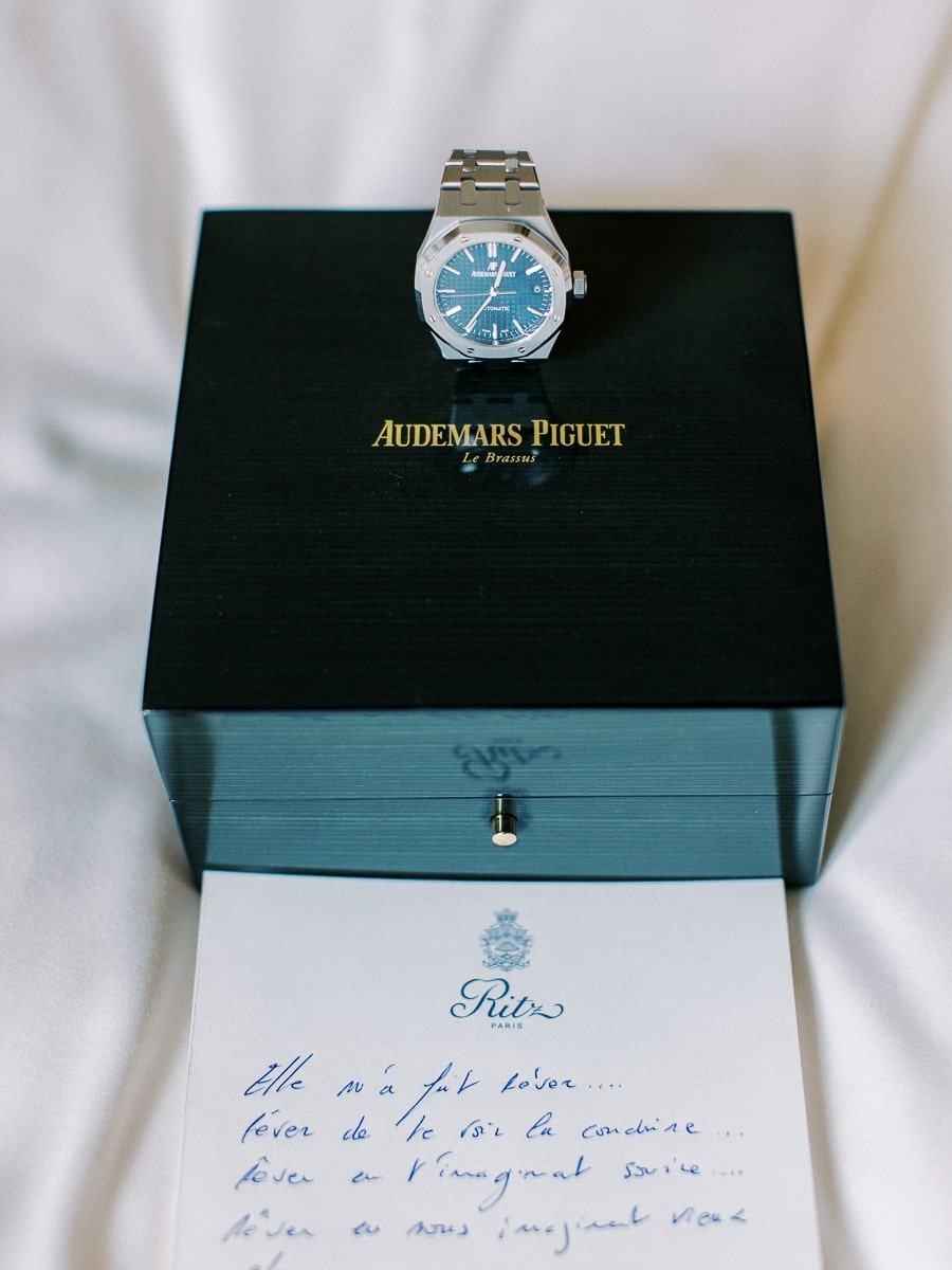 Détail de la montre du marié à l'Hôtel Ritz Paris.