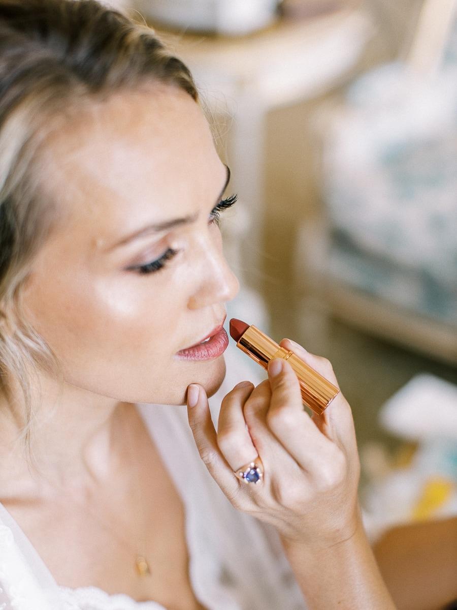 La mariée se fait maquiller à l'Hôtel place Vendôme.