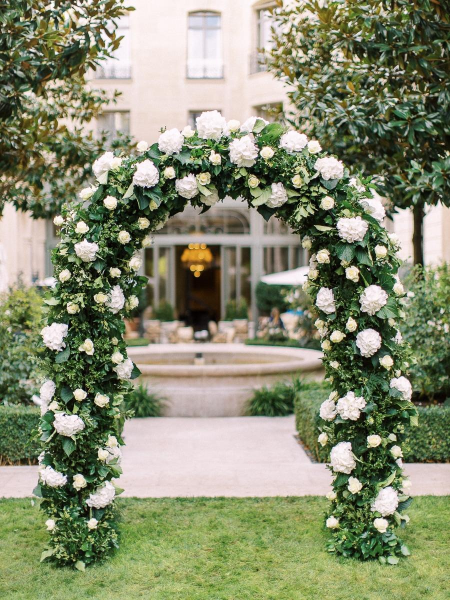 Arche florale au Ritz Paris dans le jardin.