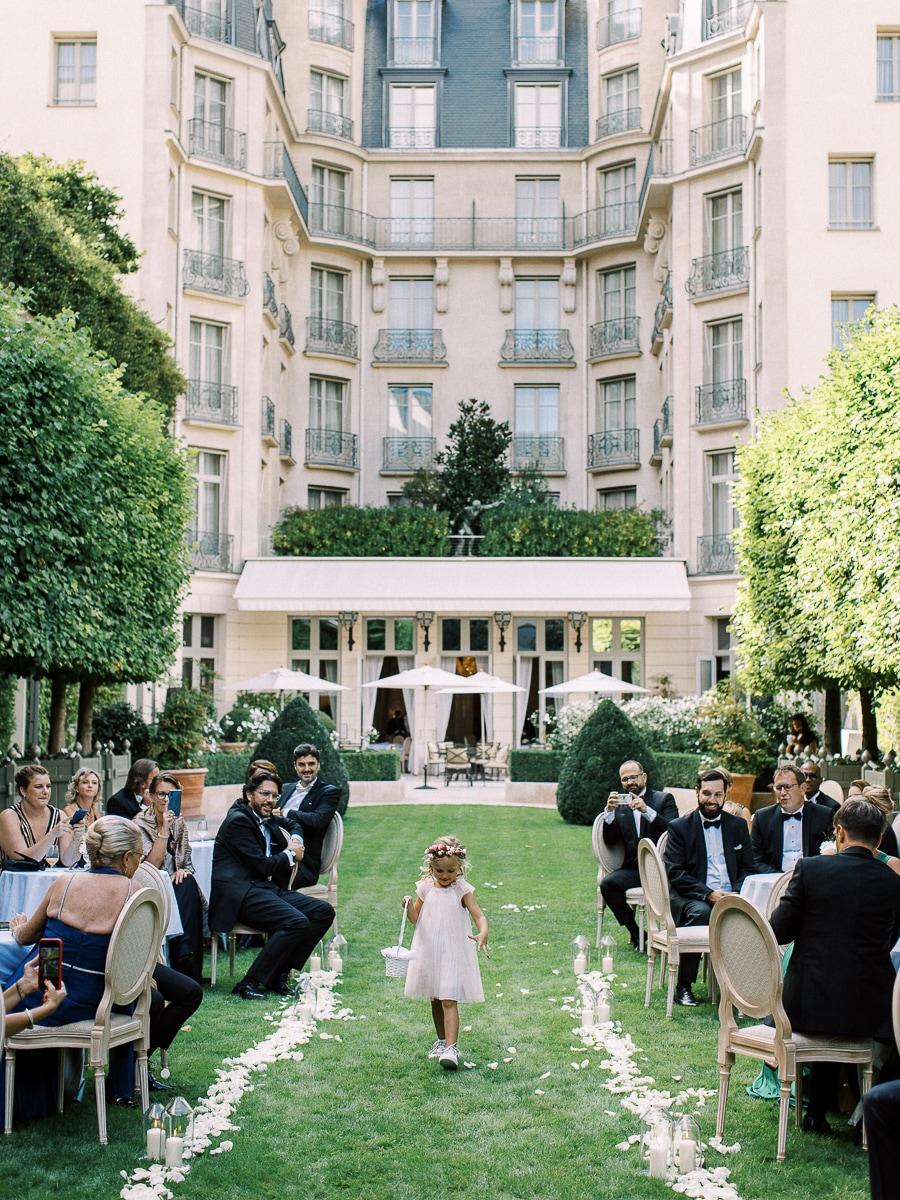 Arrivée de l'enfant d'honneur dans le jardin du Ritz.
