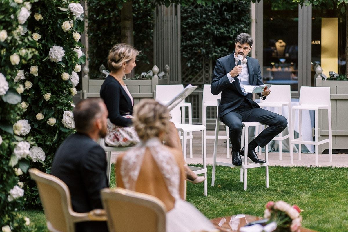 prise du parole du témoin du mariage dans le jardin du Ritz.