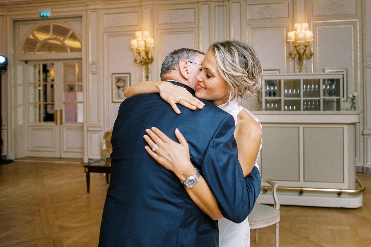 la mariée embrasse son père après le discours.