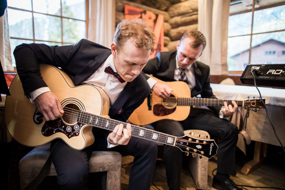 Les témoins jouent de la guitare à Megève pendant le mariage.